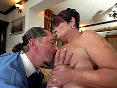Chubby mature slut Dolle Bee sucks and spreads her legs for sex