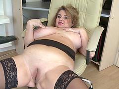 BBW amateur spreads her fat legs tp pleasure her wet snatch
